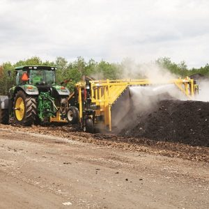 CT612 rivoltatore di compost Vermeer in azione